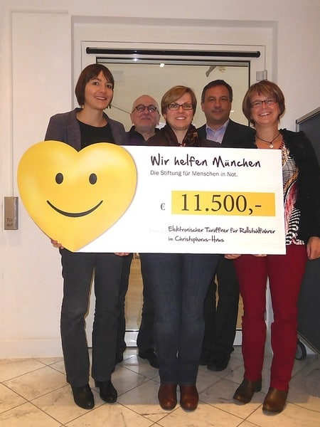 "ebe5f4e4b8 - ""Wir helfen München"" donates 11,500 euros for an electronic door opener for wheelchair users in Christophorus House"