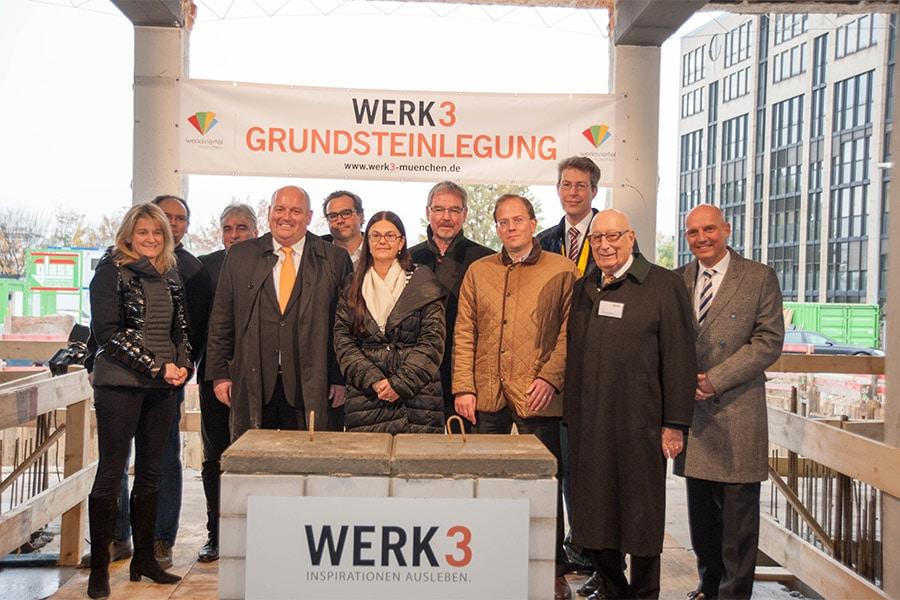 gruppenbild grundsteinlegung web - Grundsteinlegung im Werk 3 – dem neuen Kreativquartier im Münchner Osten!